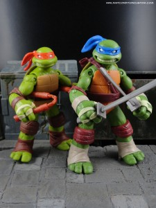 2012 Nickelodeon Teenage Mutant Ninja Turtles TMNT Leonardo and Michelangelo in front of alley diorama
